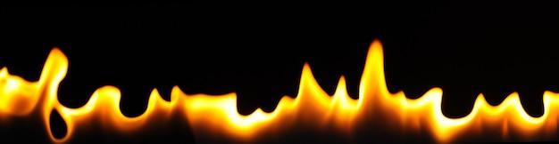 Nahaufnahme flammen eines alkoholbrenners an einer dunklen wand