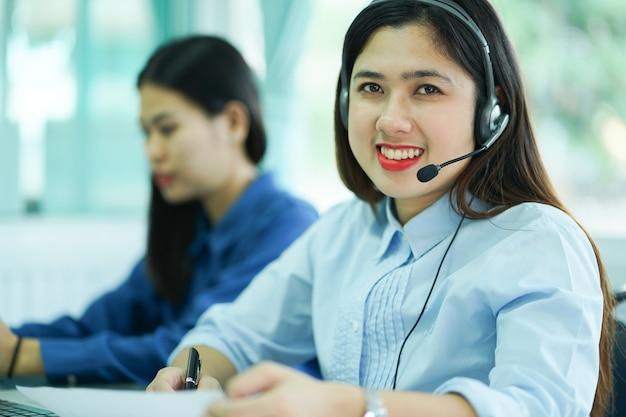 Nahaufnahme fokus auf asiatische call-center-frau