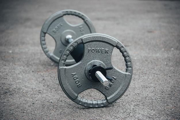 Nahaufnahme fokusaufnahme einer langhantel - konzept der übung/gewichtheben