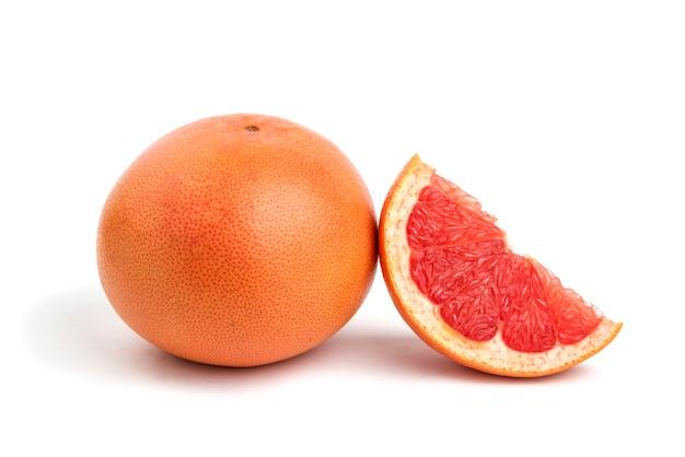 Nahaufnahme foto der ganzen oder geschnittenen grapefruit, isoliert auf weiss.