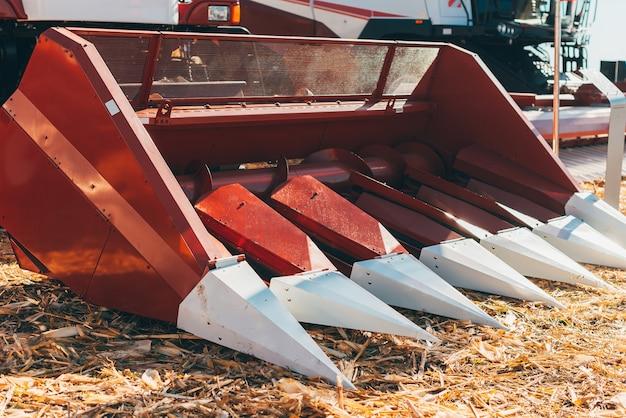 Nahaufnahme foto einer landwirtschaftlichen maschinen auf ackerland.
