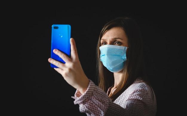 Nahaufnahme foto positives corona-virus-quarantäne-mädchen machen selfie-blogging genehmigen selbstisolation