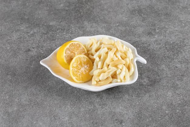 Nahaufnahme foto saftige zitronen mit käse auf teller
