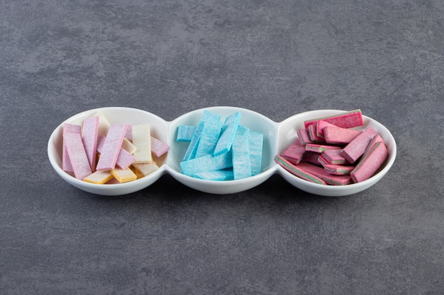 Nahaufnahme foto von bunten zahnfleisch auf weißem teller.