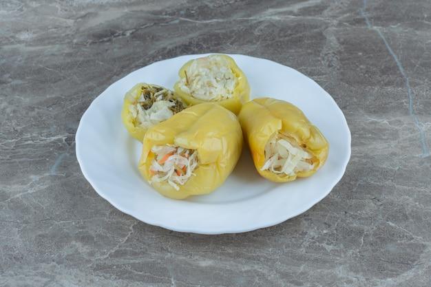 Nahaufnahme foto von eingelegten paprika gefüllt mit sauerkraut.