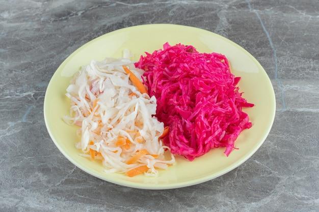 Nahaufnahme foto von fermentiertem kohl auf yellowplate. gesundes hausgemachtes essen.