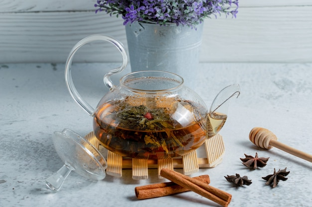Nahaufnahme foto von frisch gebrühtem tee in einer teekanne.