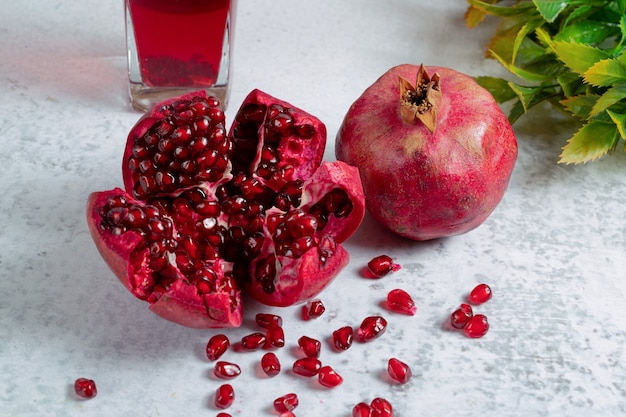 Nahaufnahme foto von frisch geschnittenem granatapfel geschnitten oder ganz.
