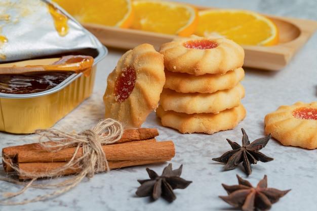 Nahaufnahme foto von frischen hausgemachten keksen mit marmelade und zimt.