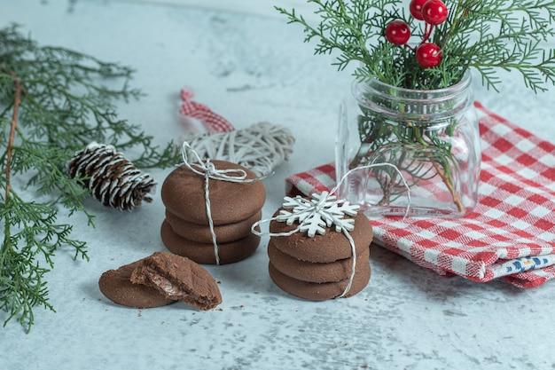 Nahaufnahme foto von frischen hausgemachten schokoladenkeksen mit weihnachtsschmuck.