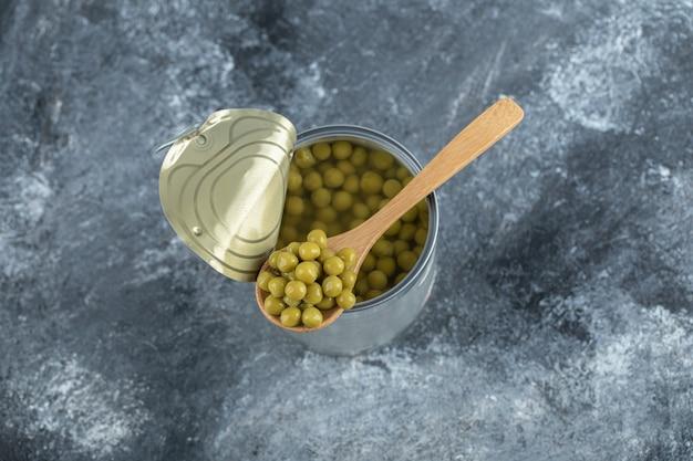 Nahaufnahme foto von geöffneten grünen erbsen aus zinn