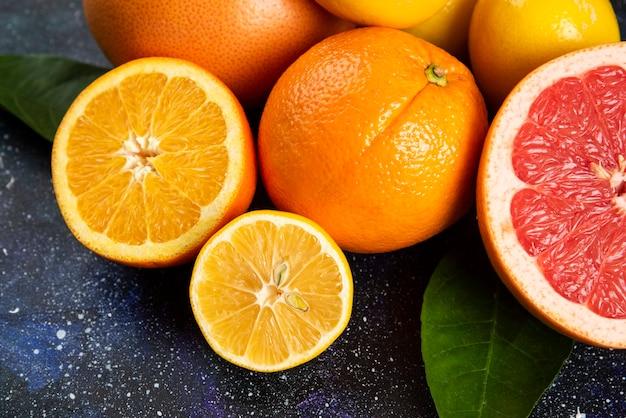 Nahaufnahme foto von zitrusfrüchten halb geschnitten oder ganz.