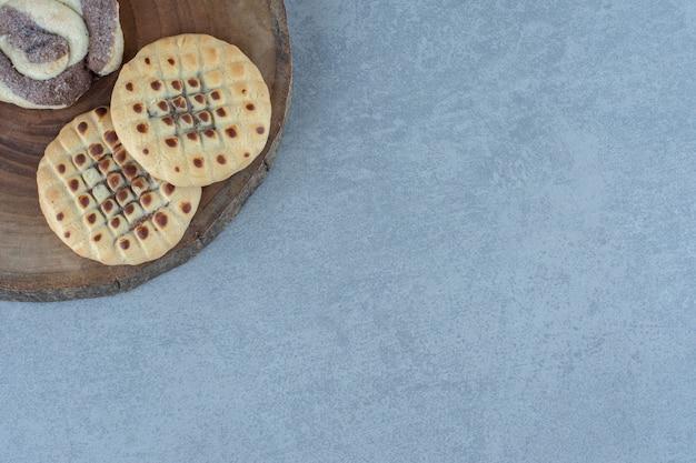Nahaufnahme foto zwei frische kekse auf holzbrett.