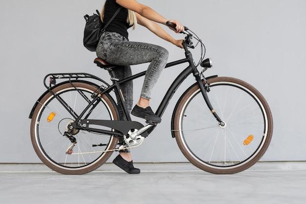 Nahaufnahme frau, die fahrrad reitet