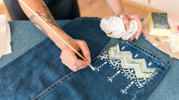 Nahaufnahme frau, die jeans malt