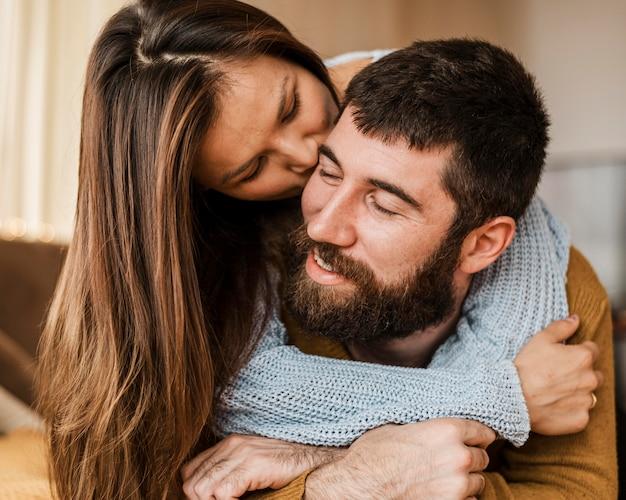Nahaufnahme frau, die mann küsst