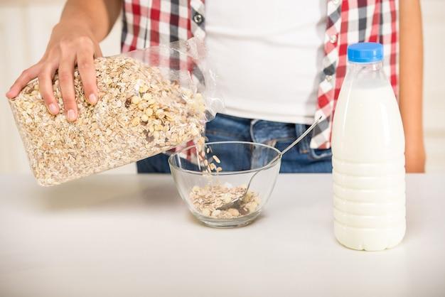 Nahaufnahme, frau in der küche bereitet frühstück zu.