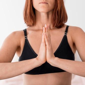 Nahaufnahme frau meditieren
