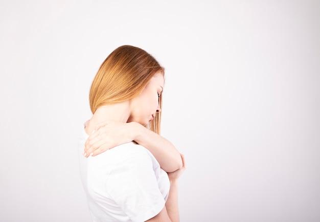 Nahaufnahme frau nacken- und schulterschmerzen und verletzungen gesundheitswesen und medizinisches konzept