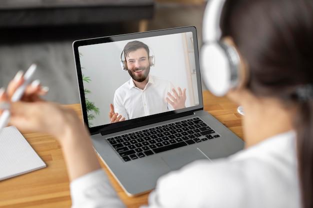 Nahaufnahme frau videoanruf mitarbeiter