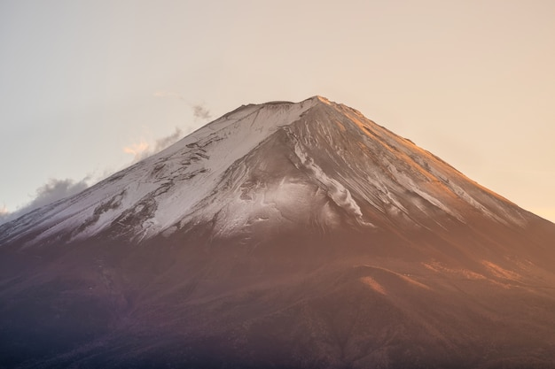 Nahaufnahme fuji-berg bei sonnenuntergang. mt. fujisan ist eines der wahrzeichen und symbole von japan.