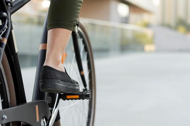 Nahaufnahme fuß auf fahrradpedal