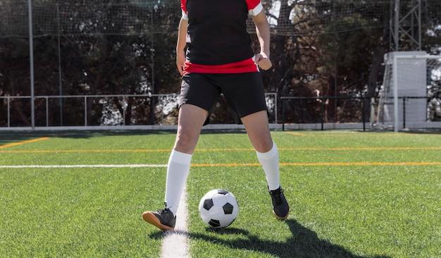 Nahaufnahme fußballspieler auf dem feld