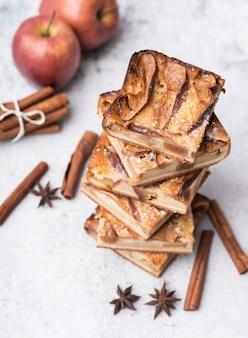 Nahaufnahme gebackenes gebäck und äpfel