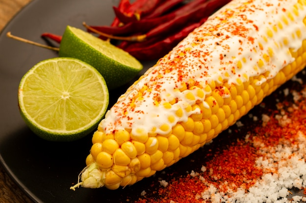 Nahaufnahme gekochter mais mit chilipulver