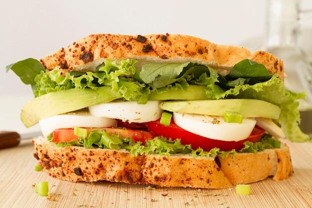 Nahaufnahme gekochtes ei und tomatensandwich