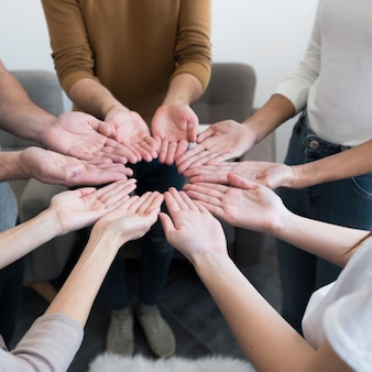 Nahaufnahme gemeinschaft von menschen mit händen hoch