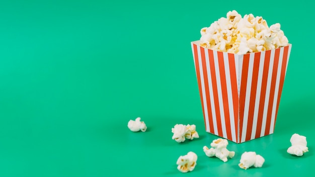 Nahaufnahme gesalzene popcornbox mit kopierraum