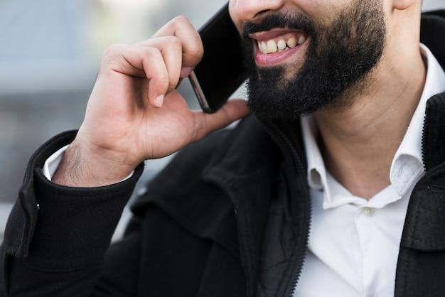 Nahaufnahme-geschäftsmann, der über telefon spricht