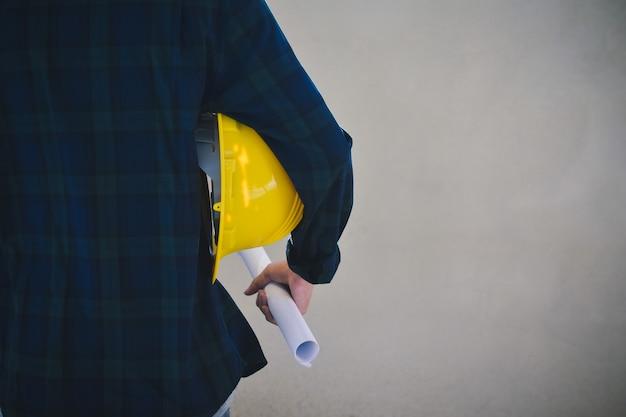 Nahaufnahme geschäftsmann mit gelben schutzhelm baumeister bausiedlung Premium Fotos
