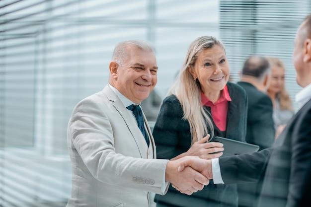 Nahaufnahme. geschäftspartner geben sich die hand als zeichen der zusammenarbeit. das konzept der zusammenarbeit