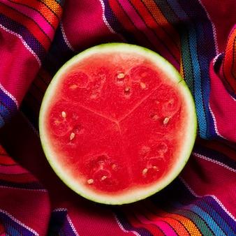 Nahaufnahme geschnittene wassermelone mit weißem hintergrund