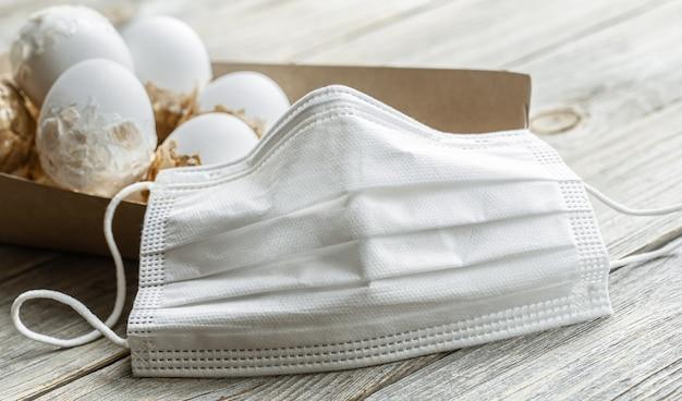 Nahaufnahme gesichtsmaske gegen coronavirus. das konzept der osterferien in einer pandemie.