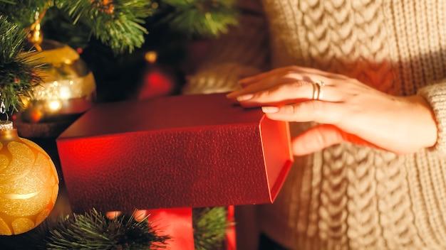 Nahaufnahme getöntes bild der frau mit weihnachtsgeschenken in den händen