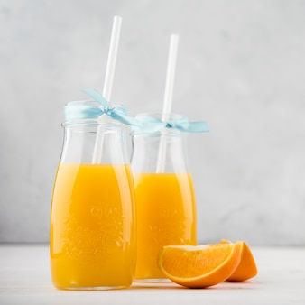 Nahaufnahme gläser hausgemachten orangensaft