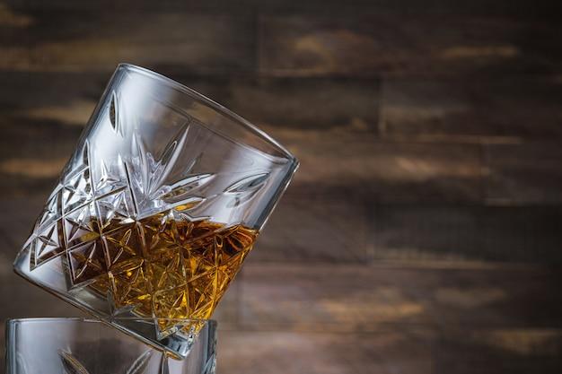 Nahaufnahme glas mit bourbon oder scotch