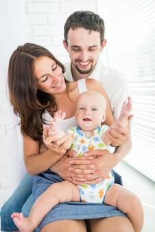 Nahaufnahme glückliche junge familie Premium Fotos
