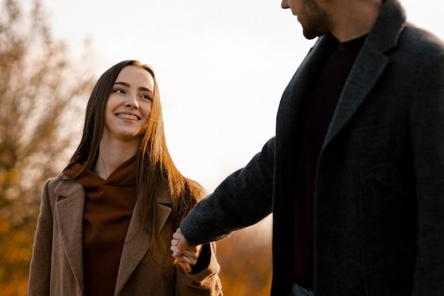 Nahaufnahme glückliche partner, die hände halten
