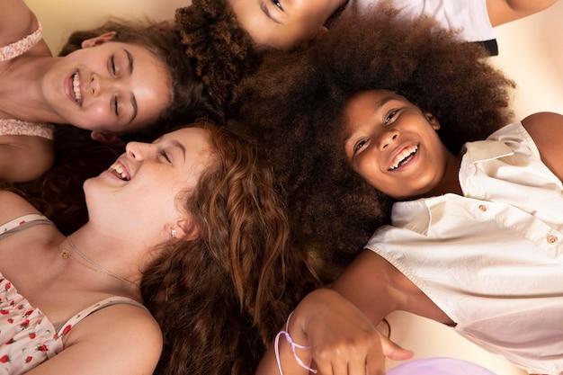 Nahaufnahme glücklicher kinder beim feiern