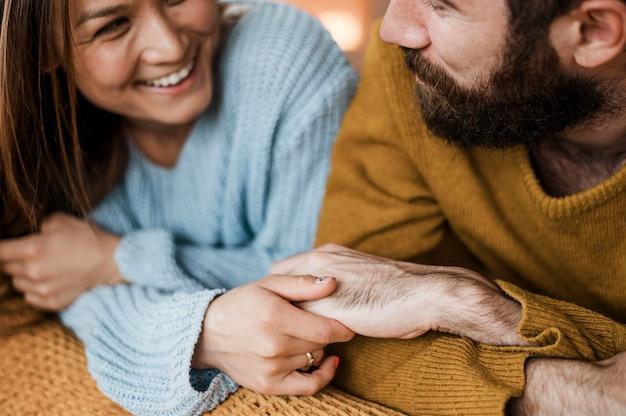 Nahaufnahme glückliches paar, das hände hält