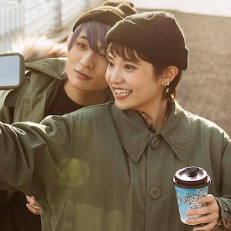 Nahaufnahme glückliches paar, das selfie nimmt