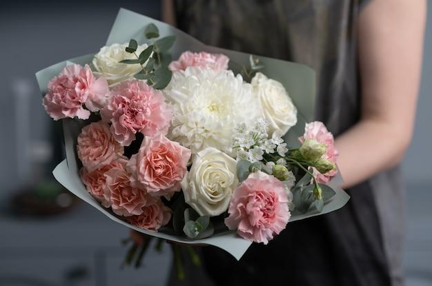 Nahaufnahme großer schöner blumenstrauß der gemischten blumen. blume und tapete. blumengeschäftskonzept. schönes frisch geschnittenes bouquet. blumenlieferung