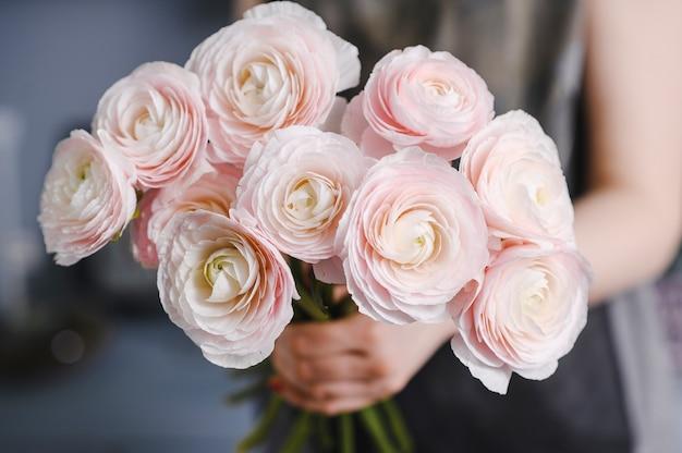 Nahaufnahme großer schöner blumenstrauß der gemischten blumen. blumenhintergrund und hintergrundbild. blumengeschäftskonzept. schönes frisch geschnittenes bouquet. blumenlieferung