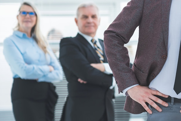 Nahaufnahme. gruppe selbstbewusster geschäftsleute, die im büro stehen. geschäftskonzept