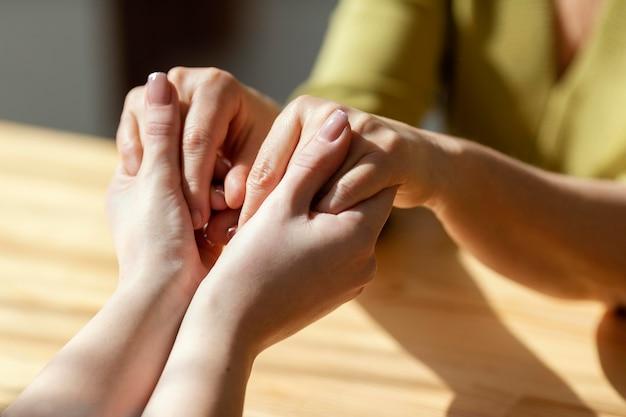 Nahaufnahme händchenhalten drinnen