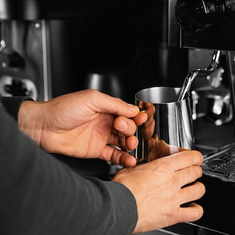 Nahaufnahme hände, die kaffeetasse halten